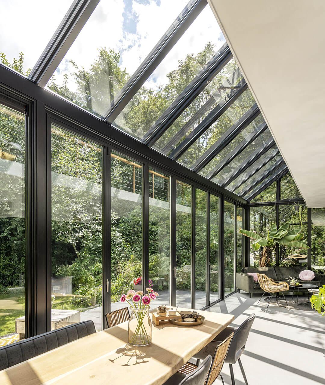 Wintergarten SDL Akzent Plus in dunkelgrau und geschlossener Glas-Faltwand
