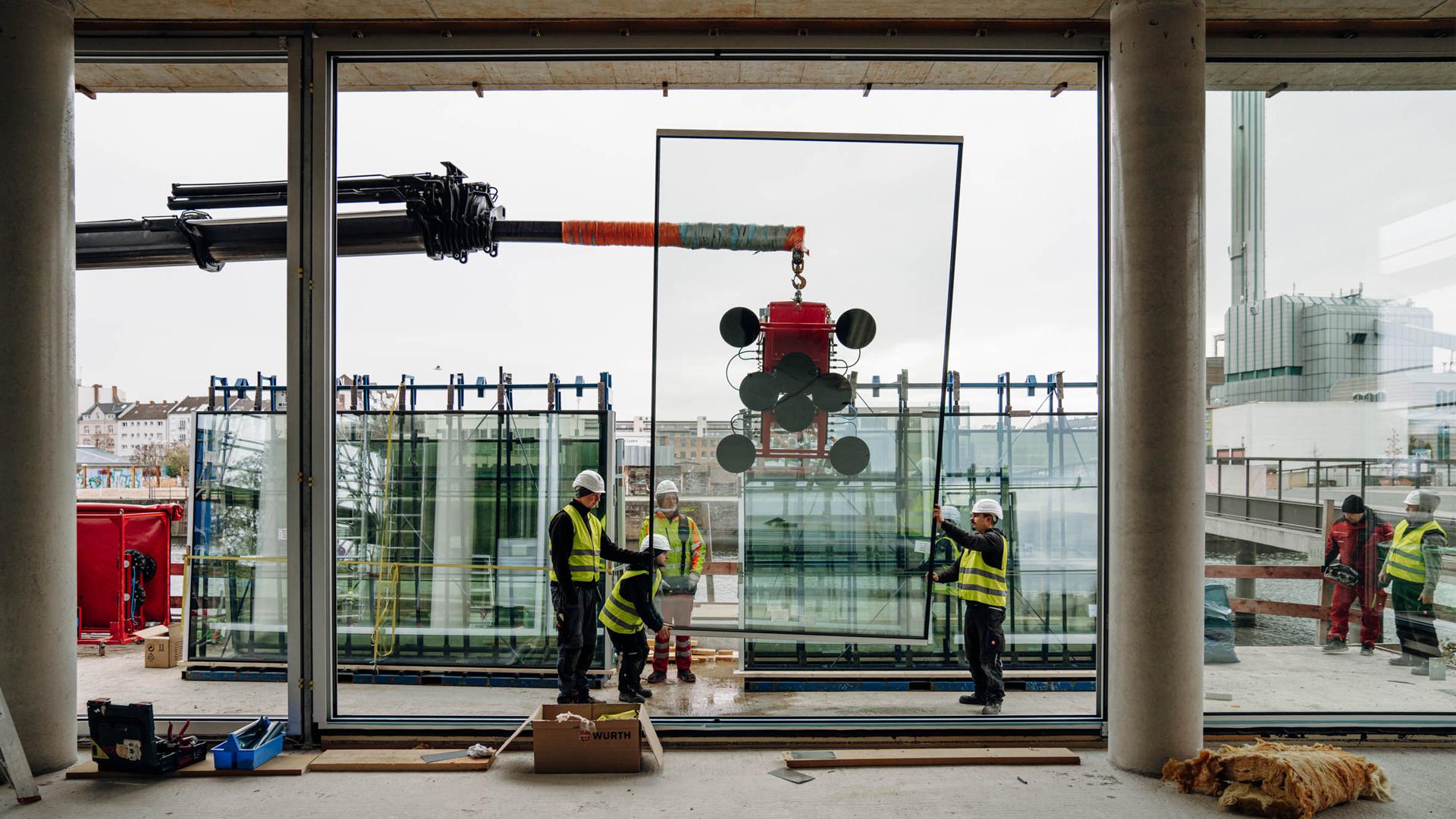 Montage Schiebefenster cero im Lofthaus Molenpark / Einbau der Glas-Elemente